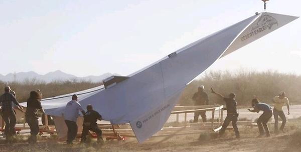 le plus gros avion en papier du monde baptis  Arturo's Desert Eagle