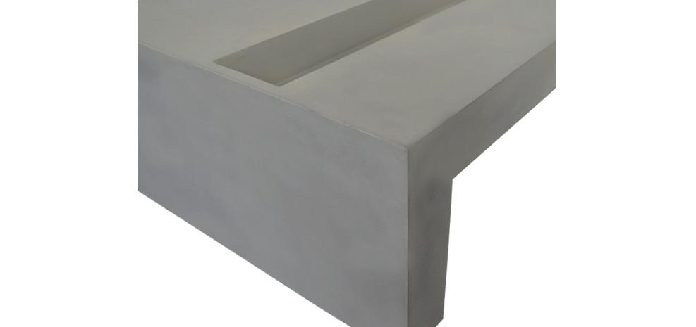 table basse en béton brute avec bordure d'herbe